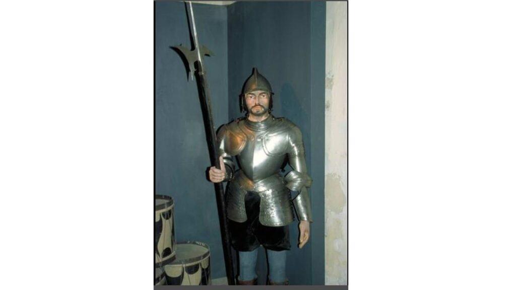 homem com roupas do soldado dos tempos bíblicos