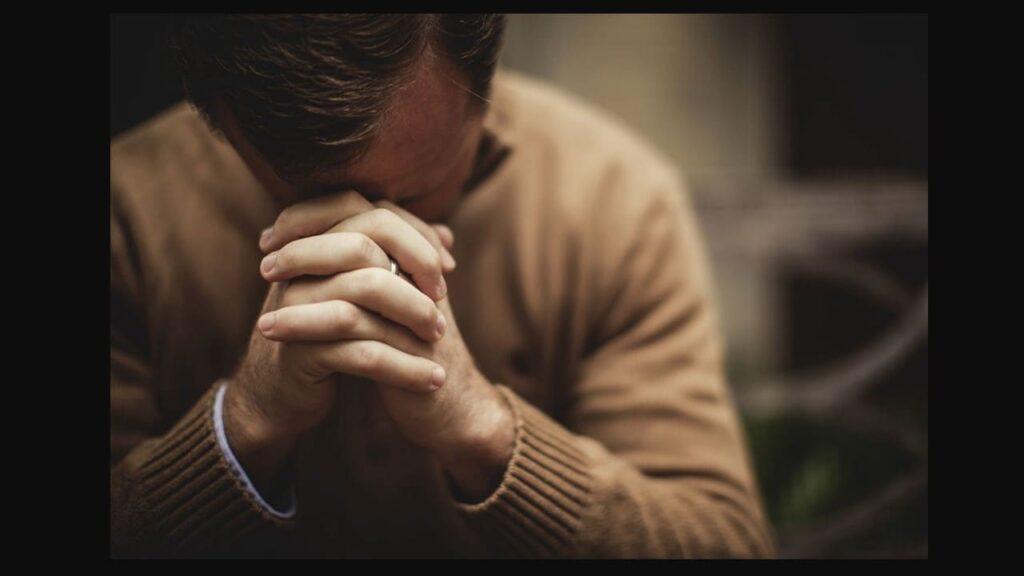orando antes de ler a bíblia