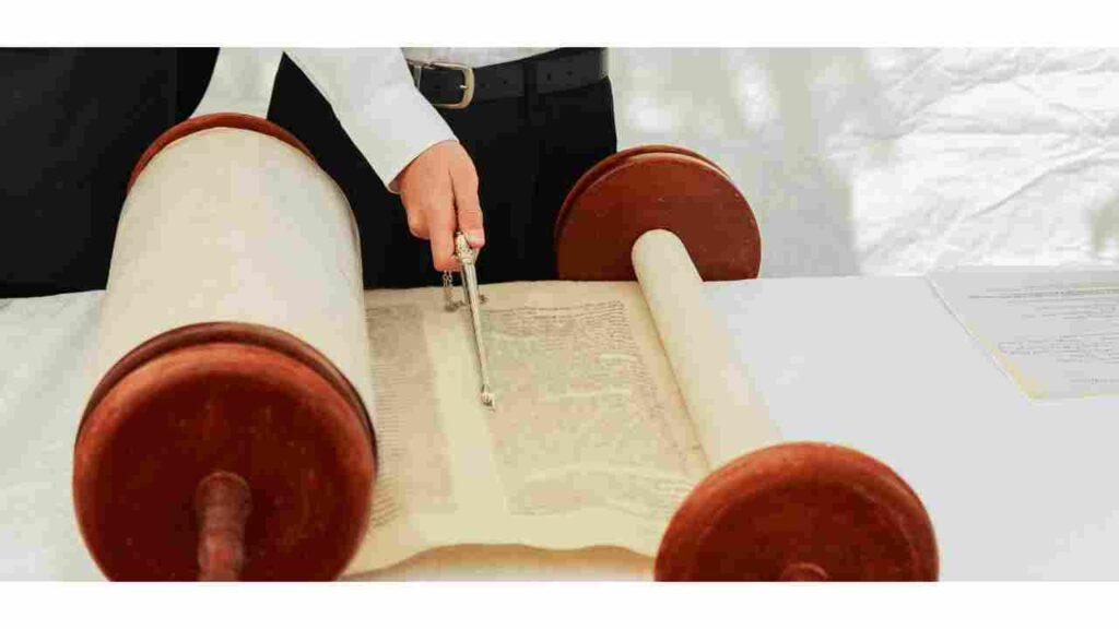 fatos sobre a bíblia - homem examinando torá